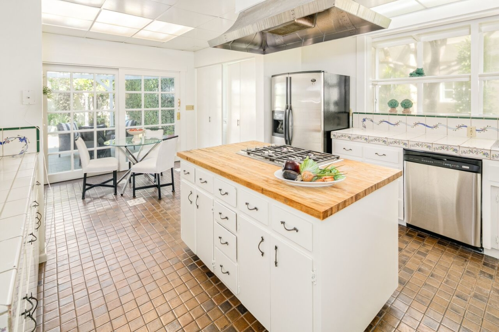875 S Madison Ave Pasadena CA kitchen with eating area